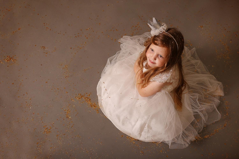 ילדה בלונדינית בשמלה לבנה צילום מלמעלה